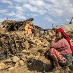 Népalais au milieu de leurs ruines (Photo AFP)