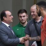 Hollande et trois des héros (Photo AFP)