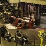 Un corps devant un restaurant (Photo AFP)