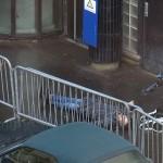 """Derrière une barrière, la dépouille du """"terroriste"""" (Photo AFP)"""