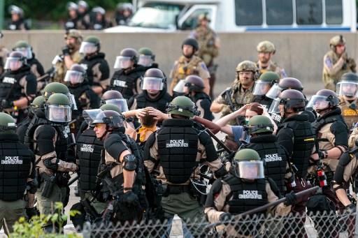 USA-Une citerne roule vers la foule sur une autoroute de Minneapolis